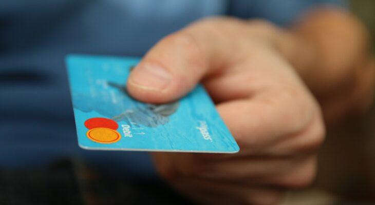 Analiză Volt: cât costă pachetele de cont curent oferite de 25 de bănci din România și cum se pot evita comisioanele la încasare